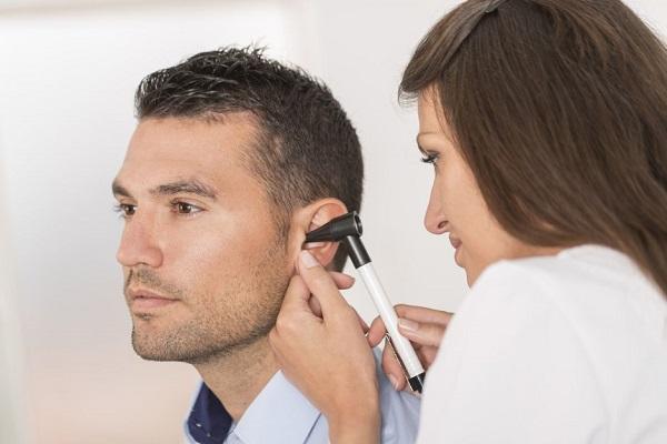 doctora reviasando el oído del paciente