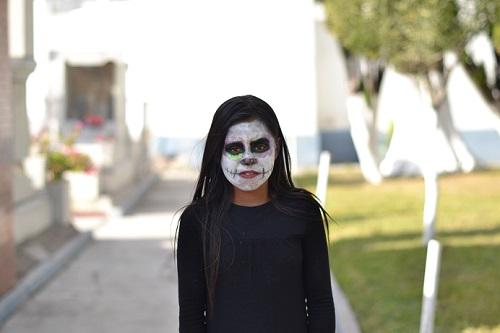 niña disfrazada de muerte