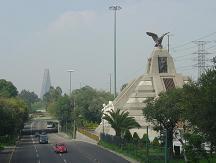 Piramide monumento a la raza